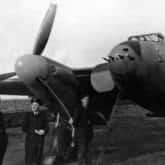 Zdjęcie samolotu Mosquito Jerzego Orzechowskiego (stoi drugi prawej) z proporczykiem pod szachownicą. Predannack 1943 r.