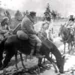 Zdjęcie z 6 grudnia 1914 zrobione podczas bitwy pod Maciejowicami. Na pierwszym planie widoczny Józef Piłsudski. Ze zbiorów Narodowego Archiwum Cyfrowego.