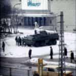"""Fotografia Chris Niedenthal pod nazwą """"Czas Apokalipsy"""" - Warszawa, 14 grudnia 1981 roku."""