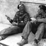 Zdjęcie oficerów 24 Pułku Ułanów (1 Dywizja Pancerna gen. Maczka) – od lewej: major Romuald Dowbór i podporucznika Adam Dzierżek (Francja 1944 r.). Fot. ze zbiorów Narodowego Archiwum Cyfrowego.