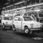 Maluchy, czyli Fiaty 126 na taśmie Fabryki Samochodów Małolitrażowych w Tychach (1975 r.). Fot. ze zbiorów Narodowego Archiwum Cyfrowego.