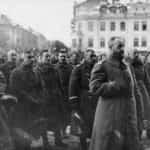 Zdjęcie generała Żelichowskiego ze sztabem, w wyzwolonym Wilnie, podczas mszy na placu przed katedrą.