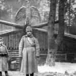 Zdjęcie z okresu pobytu legionów nad Styrem. Na fotografii widoczny jest jeniec rosyjski przed komendą 4 Pułku Piechoty. Ze zbiorów Narodowego Archiwum Cyfrowego.