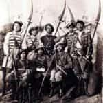 Ilustracja prezentująca kosynierów i strzelców Powstania Styczniowego 1863.