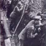 Zdjęcie legionistów 1 Pułku w okopach pod Kostiuchnówką.