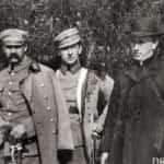 Zdjęcie Legionów Polskich w Bobowej z 1916 roku. Stoją od lewej: Józef Piłsudski, Wieniawa-Długoszowski oraz ks. kan. Warchałowski. Ze zbiorów Narodowego Archiwum Cyfrowego.