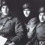Zdjęcie z listopada 1918 roku przedstawiające trzech obrońców Lwowa.
