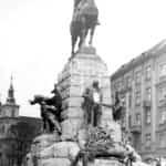 """Zdjęcie pomnika Grunwaldzkiego w Krakowie gdzie utwór """"Rota"""" został po raz pierwszy wykonany publicznie przez kilkuset chórzystów z terenów objętych zaborami w dniu 15 lipca 1910 w czasie uroczystości jego odsłonięcia."""