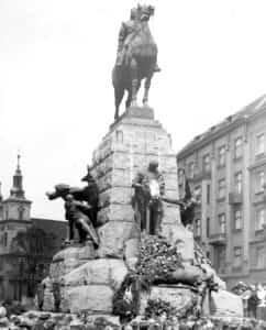 """Zdjęcie pomnika Grunwaldzkiego w Krakowie gdzie """"Rota"""" została pierwszy raz wykonana."""
