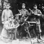 Zdjęcie prezentujące powstańców wielkopolskich sekcji karabinu maszynowego kompanii Lisieckiego.