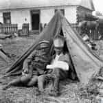 Zdjęcie przedstawia rannego ułana 1 Pułku na biwaku. Fotografia ze zbiorów Narodowego Archiwum Cyfrowego.