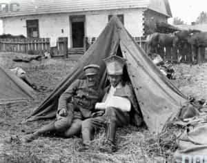 Zdjęcie przedstawia rannego ułana 1 Pułku na biwaku.