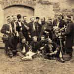 Zdjęcie prezentujące oficerów i żołnierzy Żuawów Śmierci – elitarnego oddziału strzelców Powstania Styczniowego.