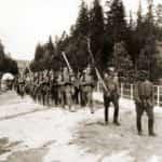 Fotografia z 1913 roku prezentująca manewry Związku Strzeleckiego w Zakopanem. Na czele oddziału Mieczysław Ryś-Trojanowski