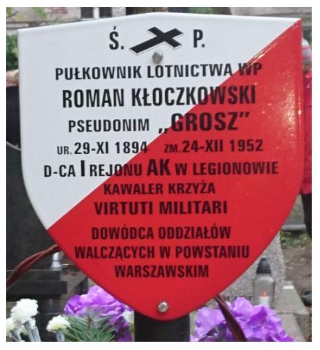 Tablica nagrobna płk lotnictwa Romana Kłoczkowskiego ps. Grosz, Kawalera Orderu Krzyża Srebrnego Virtuti Militari.