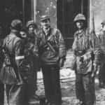 Zdjęcie żołnierzy z batalionu Zośka przy wejściu do kanału na ul. Wareckiej.