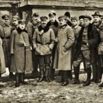 Naczelna Komenda Obrony Lwowa w 1918 r. Kapitan Czesław Mączyński - naczelny komendant obrony, siódmy od lewej.