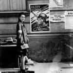 """""""Każdy pocisk, jeden Niemiec"""" plakat powstańczy. Na zdjęciu łączniczka Bożena."""