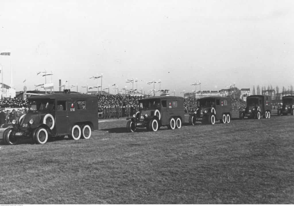 Kolumna radiotelegraficzna z Renault MH2 podczas defilady 11.11.1934