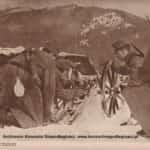 Rafajłowa zdjęcie historyczne pokazujące żołnierzy przygotowujących armatę do wystrzału