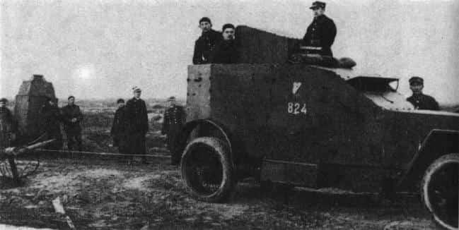 Pancerny Peugeot (po prawej) oraz samochód pancerny wz. 28