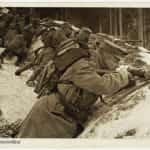 Żołnierze w rowie strzeleckim.