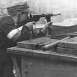 Żołnierz Armii Krajowej z pistoletem maszynowym Błyskawica autorstwa inż. Wacława Zawrotnego i Seweryna Wielaniera.