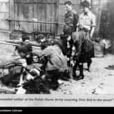 Udzielanie pomocy rannemu na ulicy. Fot. z czasów Powstania Warszawskiego. Ze zbiorów: NAC