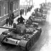 Czołgi T-55 w pierwszych dnia stanu wojennego na jednej z ulic Zbąszynia.