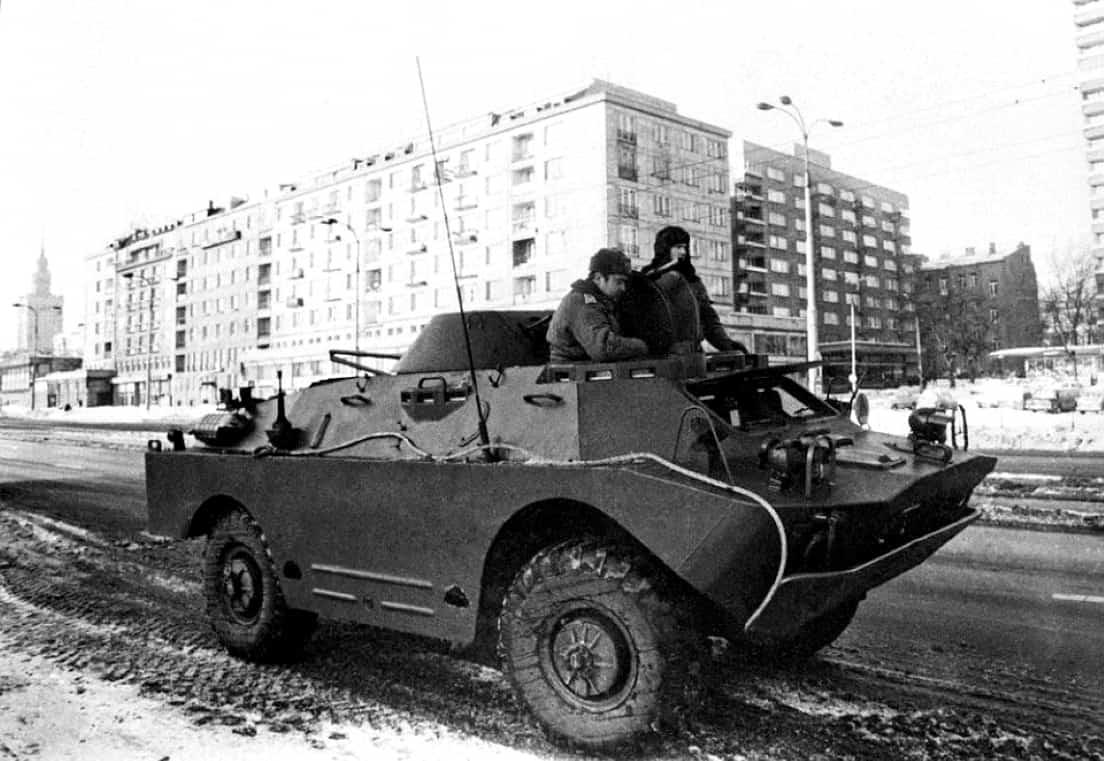 Stan Wojenny 1981-83. Samochód pancerny BRDM na jednej z ulic Warszawy