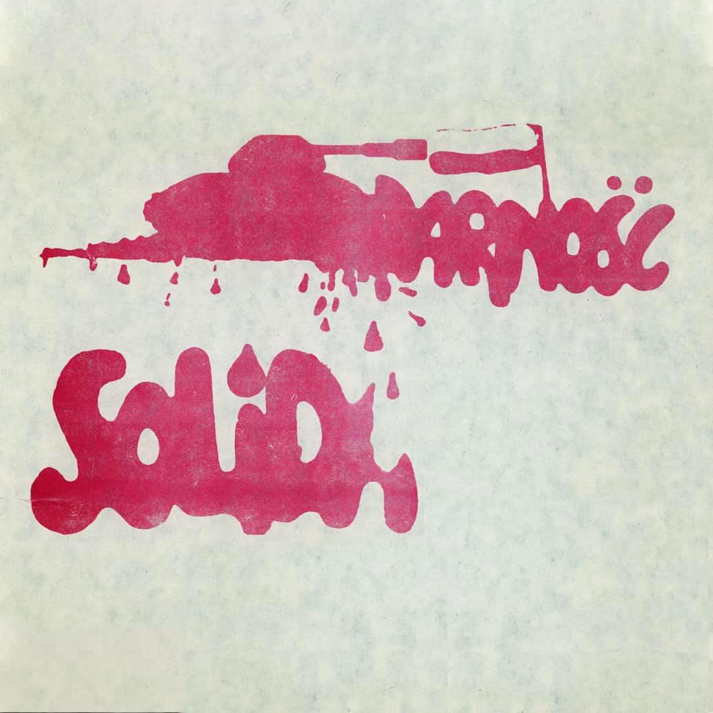 """Plakat z początku lat 80. będący nawiązaniem do sytuacji """"Solidarności"""" w stanie wojennym. Fot. Ośrodek KARTA"""