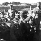 Uroczystości z okazji ostatecznego uznania 7 pułku Legionów (30 maja 1916). Po mszy świętej biskup Bandurski (5. z prawej) wraz z żołnierzami obchodzą okopy 7 pułku Legionów. Ze zbiorów Narodowego Archiwum Cyfrowego.