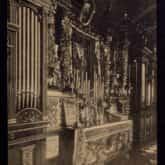 Wnętrze kaplicy w Ostrej Bramie (Wilno 1918). Źródło: Polona