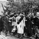 Powstanie Warszawskie – oddziały powstańcze opuszczają stolicę po kapitulacji. Ze zbiorów NAC