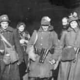 Obrona Lwowa - patrol legionistek w bramie gmachu Dyrekcji Skarbu