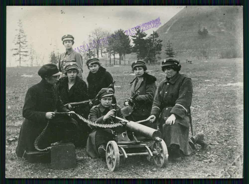 Legia Kobieca we Lwowie przy karabinach maszynowych (1918-20). Źródło: Polona