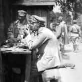 I Brygada Legionów na Lubelszczyźnie (1915). Józef Piłsudski w czasie narady sztabowej. Ze zbiorów Narodowego Archiwum Cyfrowego.