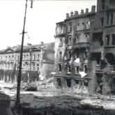 Powstanie Warszawskie – ulica Krakowskie Przedmieście (26 sierpnia 1944). Ze zbiorów Polona
