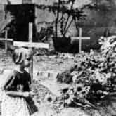 Powstanie Warszawskie – dziewczynka modląca się przy prowizorycznym grobie. Ze zbiorów NAC