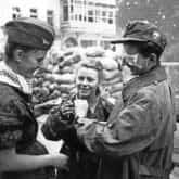 """Żołnierze z batalionu """"Parasol"""" po wyjściu z kanału na ul. Wareckiej. Pośrodku stoi Maria Stypułkowska-Chojecka """"Kama"""". Po prawej Krzysztof Palester """"Krzych""""."""