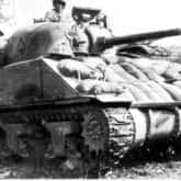 """Czołg M4 Sherman porucznika Edwarda Budzianowskiego (2 Brygada Pancerna) z desantem saperów zmierza do """"Gardzieli"""". Ze zbiorów Narodowego Archiwum Cyfrowego"""