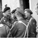 Generał Anders (drugi od lewej) wśród żołnierzy 5 Kresowej Dywizji Piechoty. Ze zbiorów Narodowego Archiwum Cyfrowego.