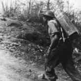 """Transport wody na plecach """"noszowego"""" do oddziałów walczących na pierwszej linii. Ze zbiorów NAC"""