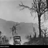 Samochód sanitarny na drodze w okolicy Monte Cassino. Ze zbiorów NAC