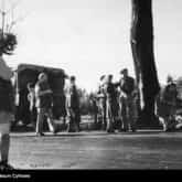 Korespondent wojenny 2 Korpusu Polskiego Melchior Wańkowicz (stoi tyłem 1. z lewej) ogląda pole bitwy o Monte Cassino. Ze zbiorów NAC