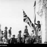 Polscy i brytyjscy żołnierze w ruinach opactwa na szczycie Monte Cassino. Ze zbiorów NAC
