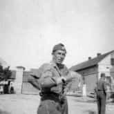 Dowódca Brygady Świętokrzyskiej NSZ płk Antoni Szacki ps. Bohun stoi na placu podczas pobytu, po zakończeniu wojny, na terenie Czech i Niemiec - zbliżenie, autor: nieznany, 1945 r. Źródło: IPN