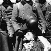 Żołnierze z niemieckiej 372. Dywizji Piechoty z ciałem majora Dobrzańskiego po potyczce pod Anielinem 30 kwietnia 1940 r. Źródło: Wikipedia