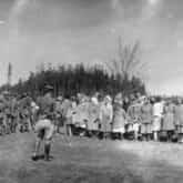 Żołnierze Brygady Świętokrzyskiej NSZ (po lewej) i grupa uwolnionych więźniarek (po prawej) z wyzwolonego 5 maja obozu w Holýšovie (niem. Holleischen) - filii obozu koncentracyjnego KL-Flossenburg w podczas apelu [?], autor: nieznany, 5 V 1945 r. Źródło: IPN