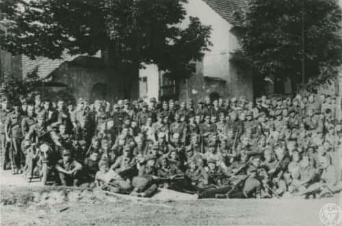 Grupa żołnierzy Brygady Świętokrzyskiej NSZ przed budynkiem w nieznanej miejscowości podczas marszu przez Czechosłowację [?], autor: nieznany, 5 V 1945 - 30 VI 1945 r. Źródło: IPN